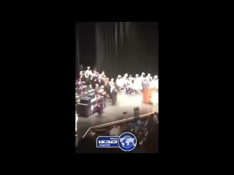 مصر اليوم - بالفيديو  طالب يعتدي على معلميه لحظة تسلمه شهادة التخرج