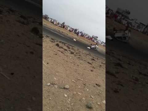 مصر اليوم - شاهد لحظة طيران شابين في الهواء بسبب انقلاب سيارة