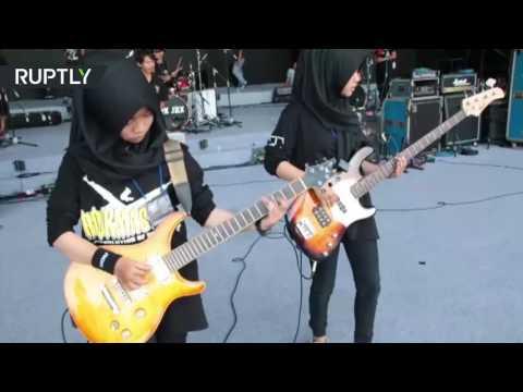 مصر اليوم - شاهد فرقة مراهقات لموسيقى الروك تمزج الإسلام بالإيقاع العنيف