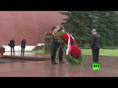 مصر اليوم - شاهد الرئيس بوتين يضع الزهور على قبر الجندي المجهول