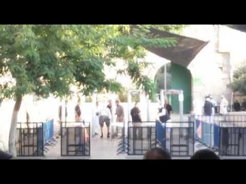 مصر اليوم - شاهد فيديو يظهر تفتيش مصلين مقدسيين بشكل مهين
