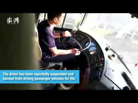 مصر اليوم - سائق أتوبيس يقشر تفاحة أثناء القيادة