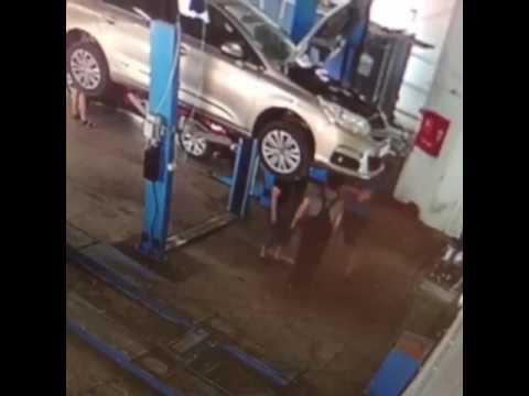 مصر اليوم - لحظة سقوط سيارة معلقة على عمال