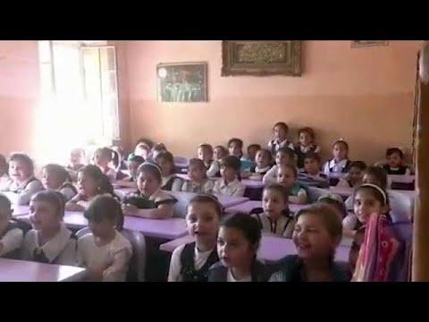 مصر اليوم - شاهد عودة الأطفال إلى المدارس في الموصل