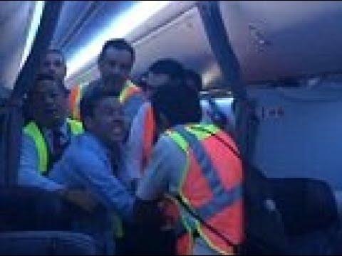 مصر اليوم - بالفيديو مخمور يجبر طائرة على الهبوط الاضطراري