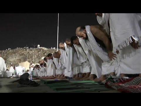 مصر اليوم - شاهد ضيوف الرحمن يتوافدون إلى جبل عرفة