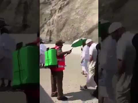 مصر اليوم - شاهد رجل يُقبل جندي يرش المياه على الحجاج