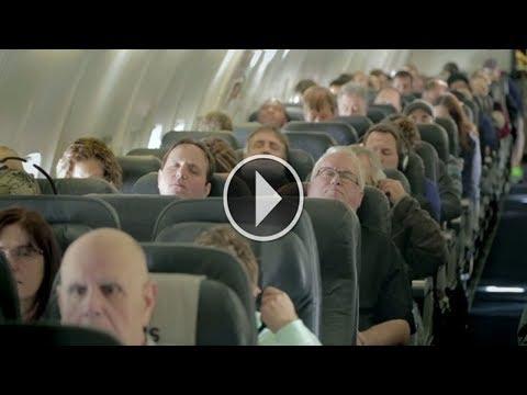 مصر اليوم - شاهد غلبهم النوم في الطائرة وعندما استيقظوا لم يصدقوا ما يرون بأعينهم