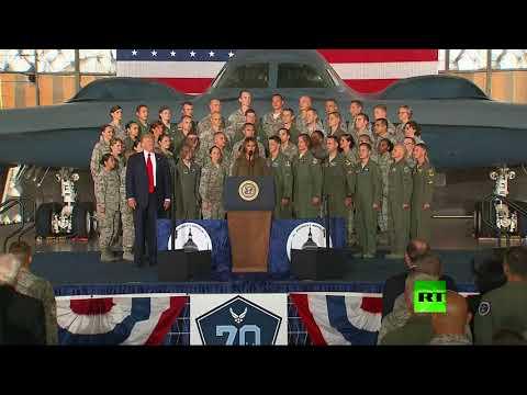 مصر اليوم - شاهد الرئيس ترامب يعامل ميلانيا بطريقة غير لائقة بعد خطاب لها