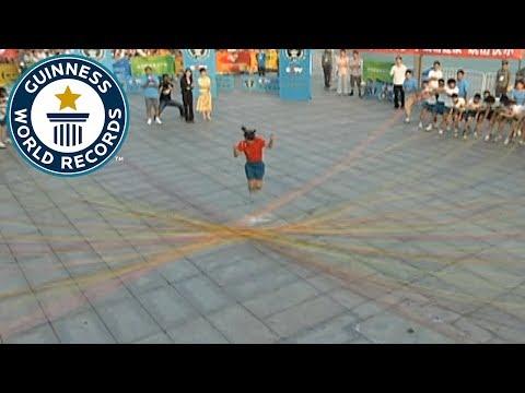 مصر اليوم - شاهد فتاة صينية تقفز من فوق 110 حبلاً
