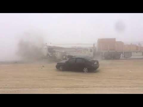 مصر اليوم - شاهد لحظة وقوع حادث تصادم عنيف بسبب الضباب