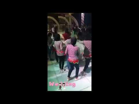 مصر اليوم - شاهد صديقات العروس يفاجئنها بملابس كاجوال ووصلة رقص
