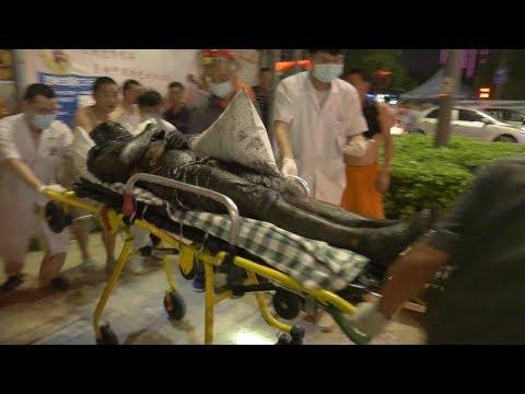 مصر اليوم - شاهد  لحظة إنقاذ عمال صرف صحي في الصين