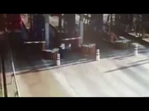 مصر اليوم - شاهد شاحنة بنزين مشتعلة تثير رعب عمال بوابة رسوم