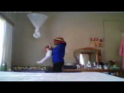 مصر اليوم - مربية ترمي طفلة في سريرها مثل الدمية