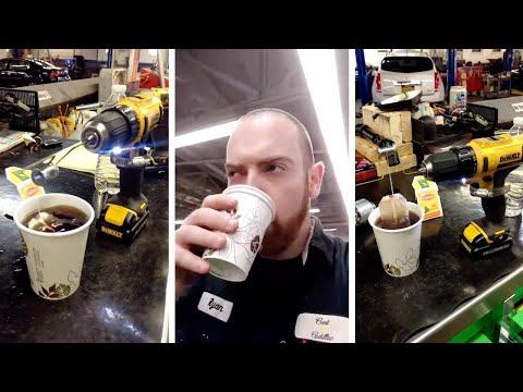 مصر اليوم - شاهد عامل بناء يستخدم شنيور لعمل كوب شاي