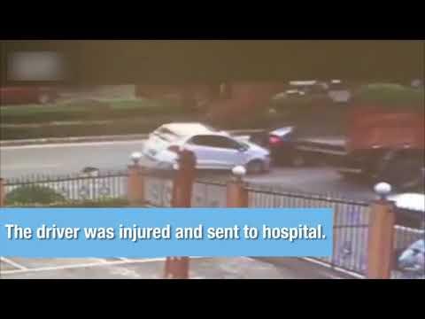 مصر اليوم - شاهد باب شاحنة يقلب سيارة على الطريق في الصين