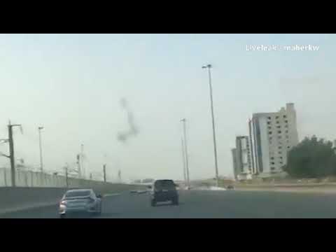 مصر اليوم - شاهد مشاجرة ساخنة بين رجل وسائق على طريق سريع