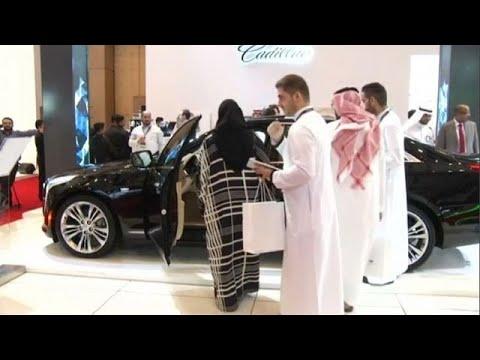 مصر اليوم - بالفيديو معرض للسيارات الفاخرة والسعوديات أهم زائريه