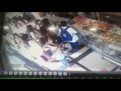 مصر اليوم - شاهد لحظة سرقة هاتف محمول من فتاة داخل مخبز