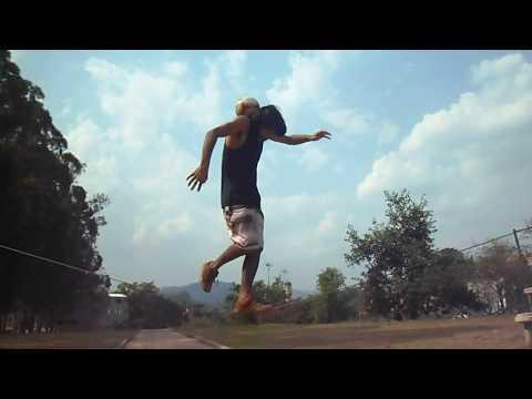 مصر اليوم - شاهد رجل يستعرض مهاراته في تنطيط الكرة على الحبل