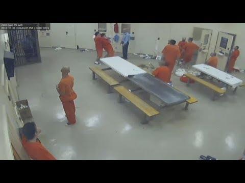 مصر اليوم - شاهد لقطات مروعة لسجناء يقتلون زميلهم ويخفون الجثة في الحمام