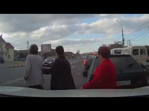 مصر اليوم - العناية الإلهية تنقذ امرأة من الدهس تحت عجلات سيارة