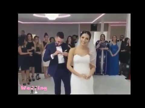 مصر اليوم - عروس تسخر من عريسها لارتباكه أثناء تلبيسها الشبكة