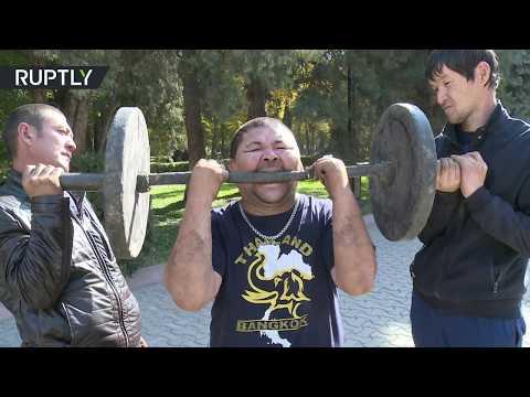 مصر اليوم - شاهد رجل قرغيزي يعرض مهارات لا تصدق