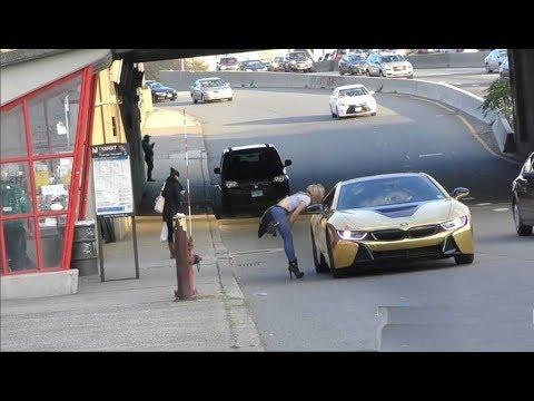 مصر اليوم - شاهد فتاة تنهار أمام سيارة ذهبية لأحد الشباب