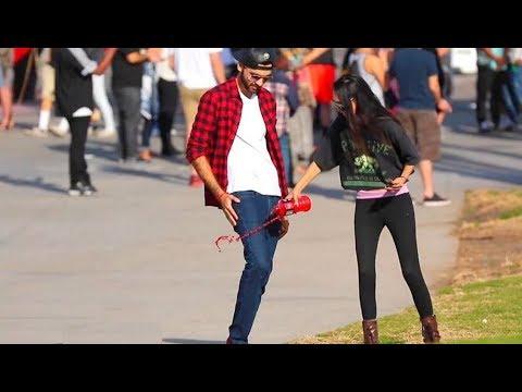 مصر اليوم - شاهد شاب يحصل على أرقام الفتيات باستعمال سرواله السحري