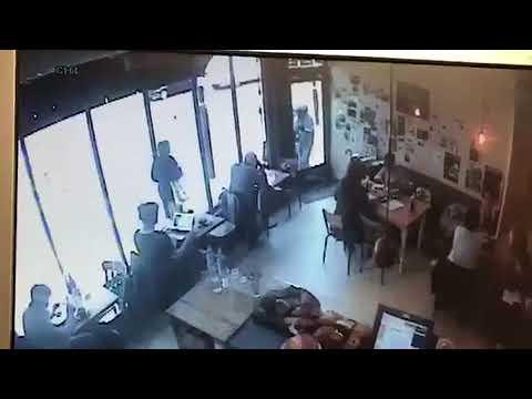 مصر اليوم - شاهد لص جريء يقتحم مقهى ويسرق جهاز حاسوب أمام الناس