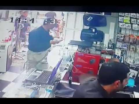 شاهد لحظة سرقة لص أنيق هاتف آيفون من داخل محل