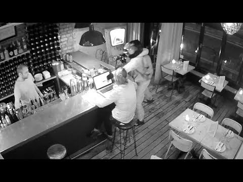 شاهد الشاحن يفسد مخطط لص داخل أحد المطاعم