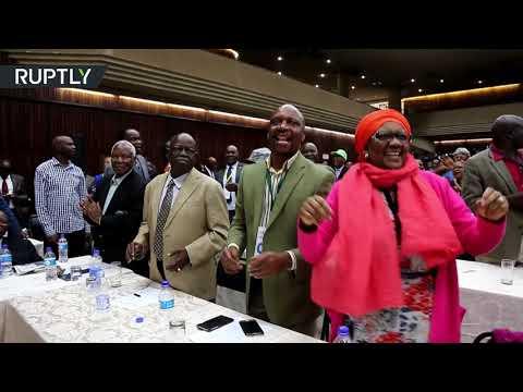 أعضاء الحزب الحاكم في زيمبابوي يحتفلون بإقالة موغابي