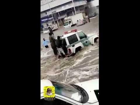 شاهد شرطة المرور تنقذ أشخاص من الغرق في جدة