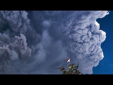 بالفيديو ثوران بركان  جبل سينابونغ مكونًا سحابة رمادية