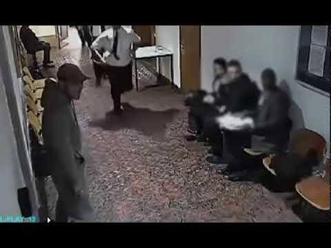 شاهد رجل يساعد شخصًا على الهروب بضغطة زر