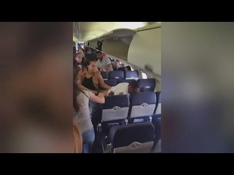 شاهد عراك صادم بين ركاب على متن طائرة
