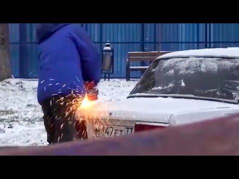 شاهد روسي يُعبّر عن غضبه لركن سيارته على طريقته الخاصة