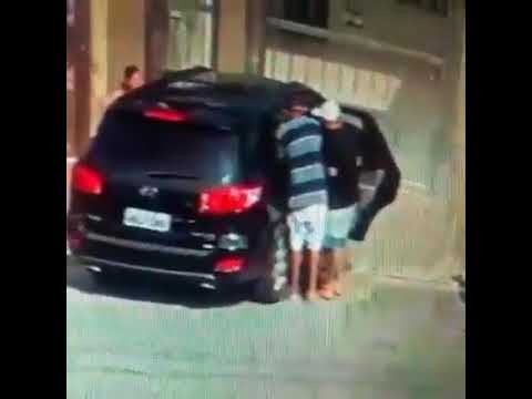 شاهد لحظة اعتداء 3 لصوص على امرأتين وسرقة سيارتهما