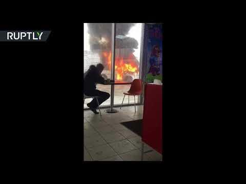 شاهد روسي يتناول الغداء على بعد أمتار من سيارة تحترق
