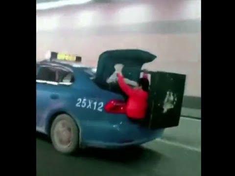 لقطات غريبة لسيدة تركب في صندوق السيارة لحمل طاولة كبيرة