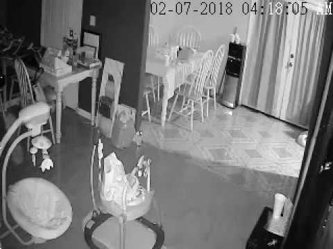 كاميرا ترصد «شبحًا» يتحرك نحو سرير طفل بطريقة مرعبة