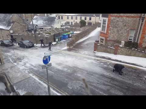 شاهد لقطات مضحكة لمارة يحاولون السير على منحدر يغطيه الجليد