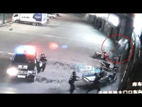 شاهد لقطات مذهلة لضابط شرطة صيني وهو ينقذ سيدة