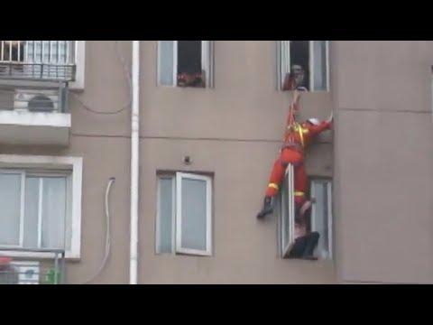 شاهد رجل إطفاء يركل فتاة حاولت الانتحار لينقذها