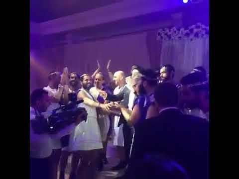 شاهد شباب يرتدون فساتين ويرقصون في حفلة زفاف