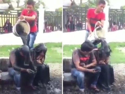 بالفيديو عقاب شاب وفتاة بإلقاء مياه المجاري عليهما