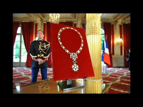 شاهد  إيمانويل ماكرون يأمر بسحب وسام جوقة الشرف من بشار الأسد